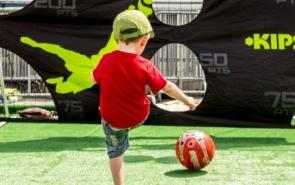 jongen voetballen
